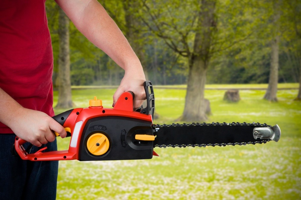 Tips for safer use of electric chainsaw